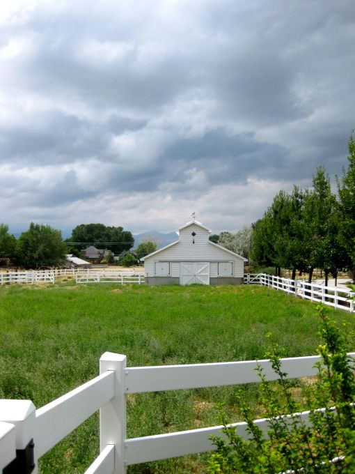 the barn and grazing area for horsies